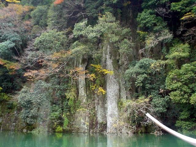 Rock walls at Shorenji Lake / 青蓮寺湖の絶壁