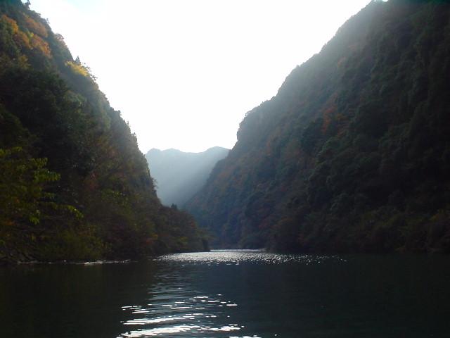 Resting on Shorenji Lake / 青蓮寺湖上で休憩