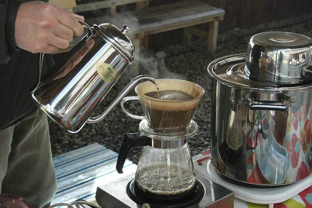 登山口でのコーヒーのふるまい / Brewing coffee at the trailhead